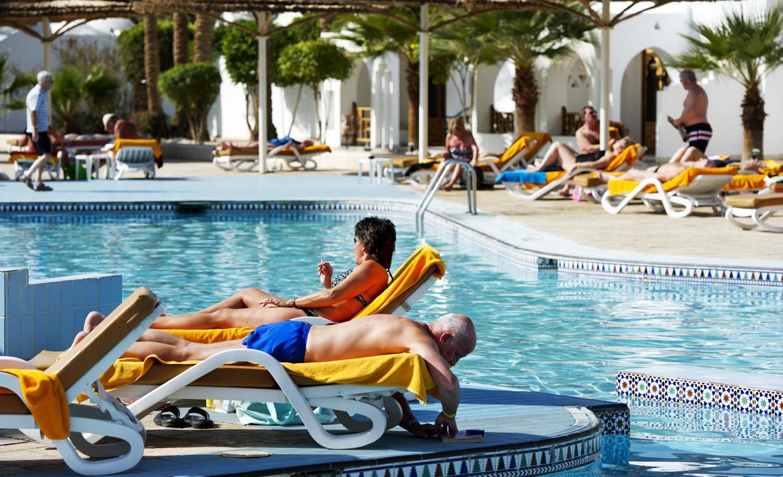 Een vakantie lang aan het zwembad liggen spreekt de jonge toerist almaar minder aan. Beeld ANP