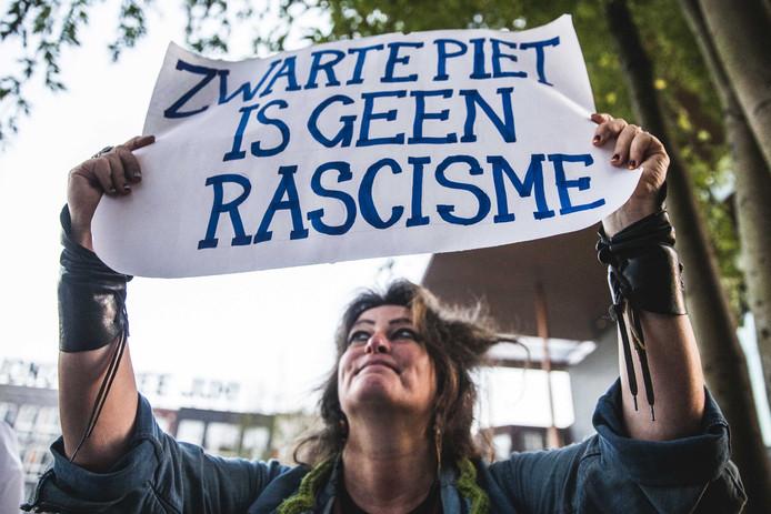 Voorstanders van Zwarte Piet hebben zich verzameld voor de rechtbank waar de rechtszaak rond de A7-blokkade in Leeuwarden wordt behandeld