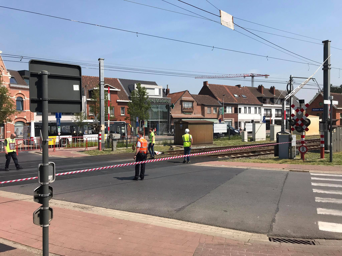 Aan de overweg aan het station van Kortemark reed gisteren een vrachtwagen de bovenleidingen stuk, met grote hinder tot gevolg.