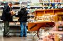 Ouderen winkelen tussen zeven en acht uur 's morgens in de supermarkt.