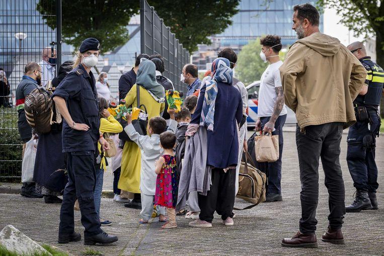 Evacués uit Afghanistan komen aan bij het Marine Etablissement Amsterdam waar het ministerie van Defensie een deel van het terrein beschikbaar heeft gesteld voor noodopvang. Beeld ANP