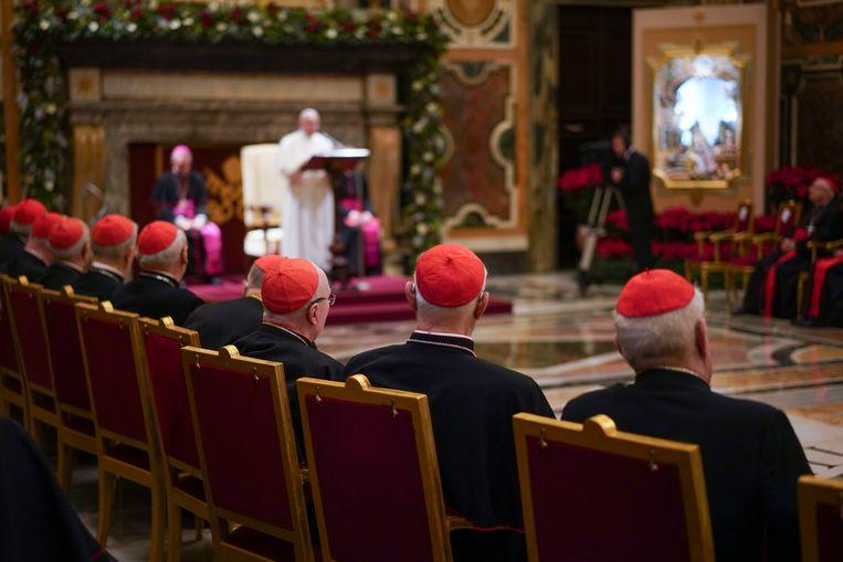 Kardinalen in het Vaticaan luisteren naar de paus Franciscus tijdens kerst 2019. Beeld AP