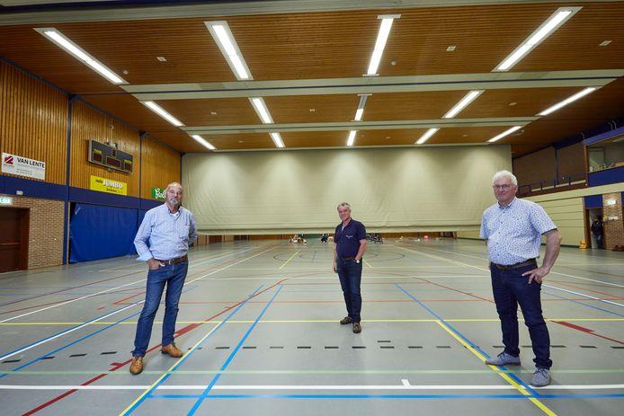 Op de foto vlnr: Bob Kempink, Otto van Harmelen en Wim Finkers in een sporthal die eigenlijk veel te groot is voor de huidige vraag vanuit Gorssel.