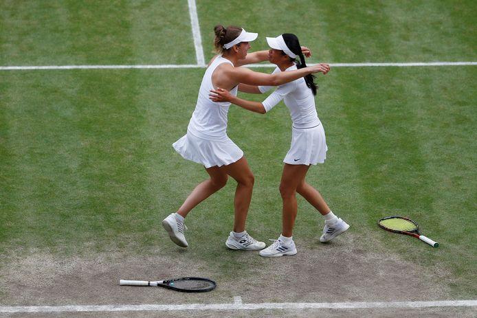 Elise Mertens valt haar dubbelpartner Su-Wei Hsieh in de armen na de winst op Wimbledon.