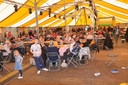 De tent zat tijdens de kindernamiddag bomvol met spelende kinderen.