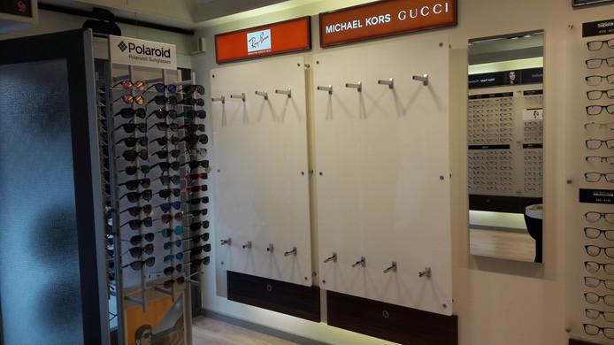 Bij Eye Wish Opticiens in Oosterhout zijn zeker honderd nieuwe zonnebrillen buitgemaakt, met samen een waarde van zo'n 15.000 euro.