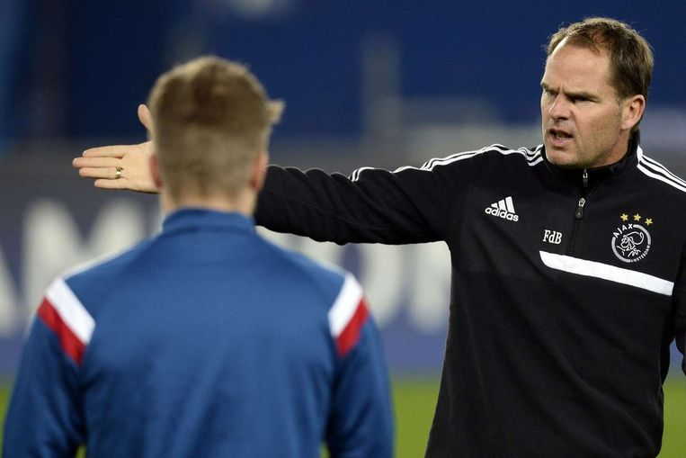 Frank de Boer geeft instructies tijdens de training in het Parc des Princes in Parijs. Beeld anp