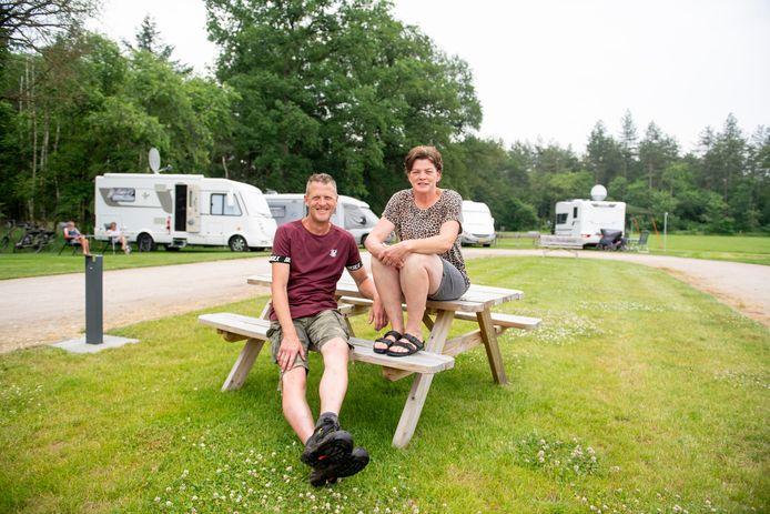 Gert Jan van Voorst en zijn vrouw Liesbeth op hun camperterrein aan de Oude Deventerweg in Haarle.