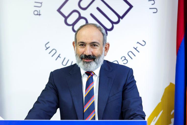 De Armeense premier Nikol Pashinyan spreekt partijgenoten toe na de parlementsverkiezingen in Armenië. Beeld AP