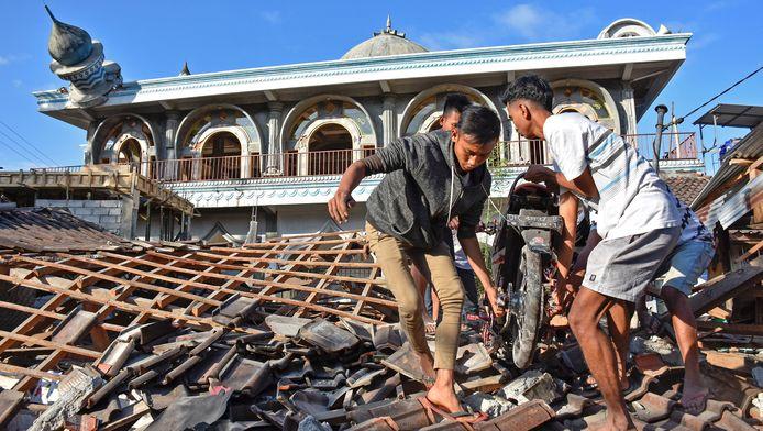 Le séisme de magnitude 6,9 survenu dimanche soir à une faible profondeur de 10 km a endommagé des milliers de bâtiments et a été ressenti sur l'île voisine de Bali, la plus touristique de l'archipel d'Asie du Sud-Est.