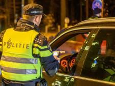 Dronken bestuurder slingert over A17 bij Oud Gastel en vlucht door weiland voor achtervolgende politie