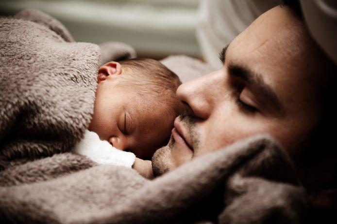 Een vader met zijn baby. Foto ter illustratie.