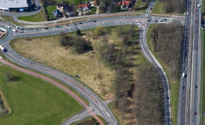 De locatie waar volgens de gemeente Harderwijk het crematorium had moeten komen is afgevallen, linksonder de Ceintuurbaan, boven de Harderwijkerweg, rechts de A28.