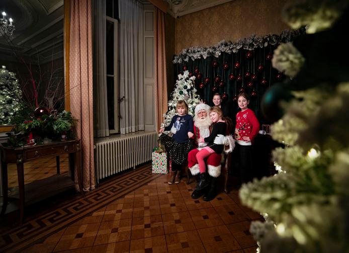 Kinderen mogen op schoot van de Kerstman in het Kerstkasteel in Geldrop.