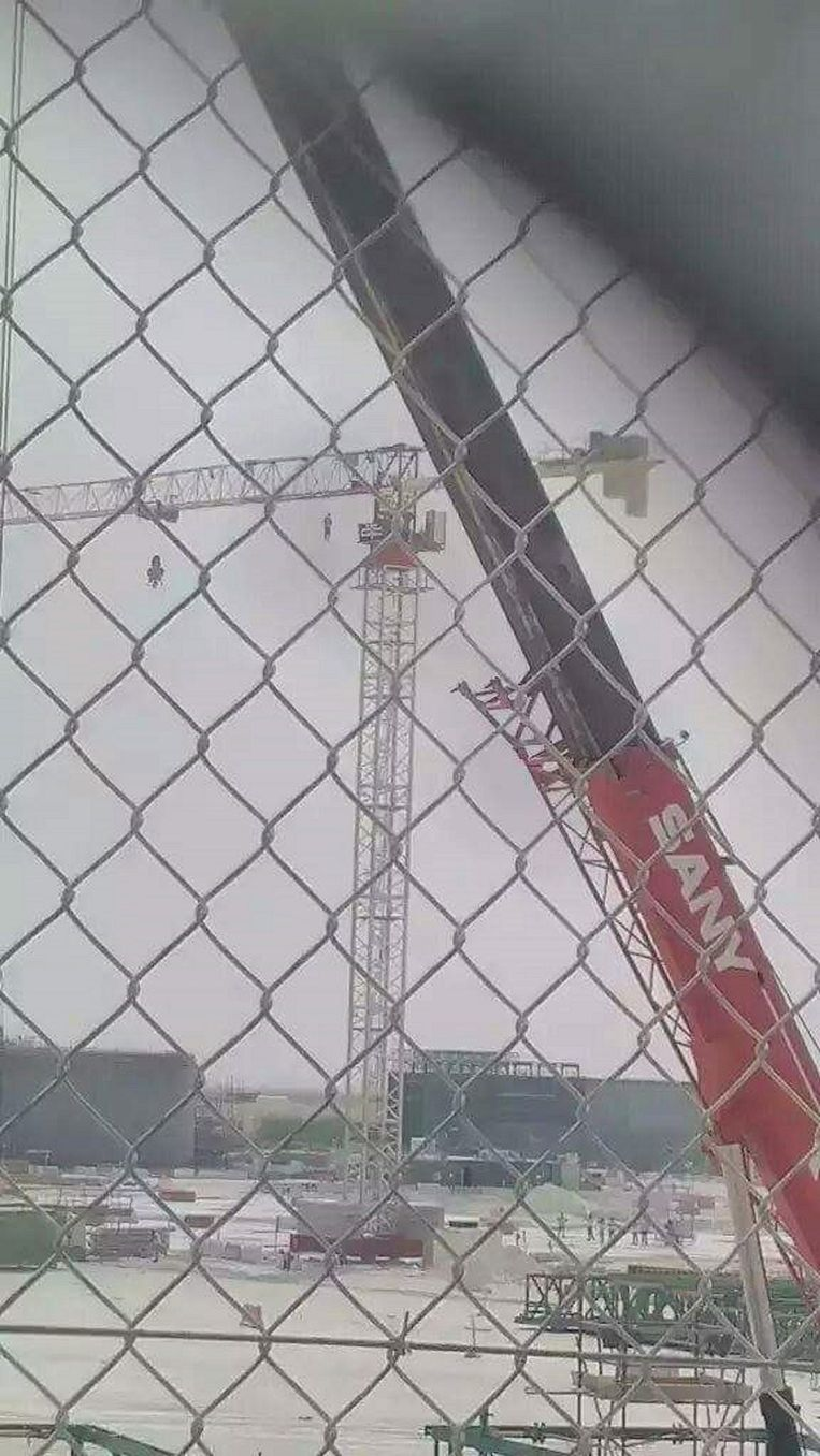 An Indian man that hung himself on a contruction crane in Doha, picture taken by a co-worker. Beeld null