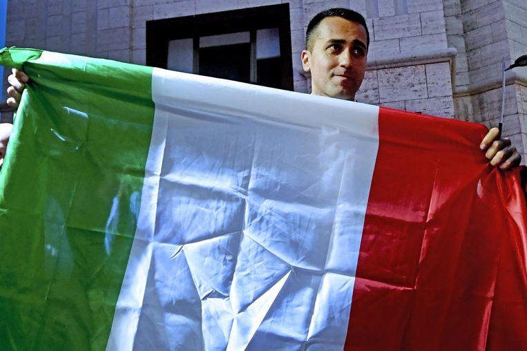 Luigi Di Maio, leider van de Vijfsterrenbeweging, met de Italiaanse vlag. Beeld EPA