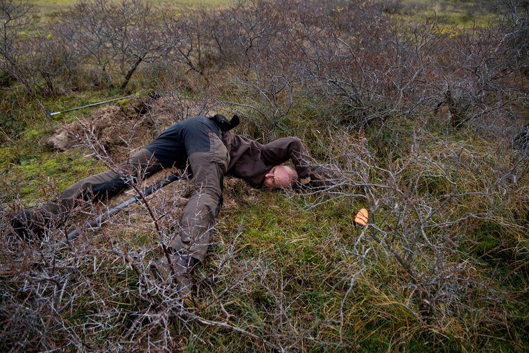 Michel Moerman op zoek naar een konijn.  Beeld Olaf Kraak