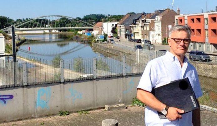 Oppositieraadslid Yves Demanet aan het kanaal Brussel-Charleroi.