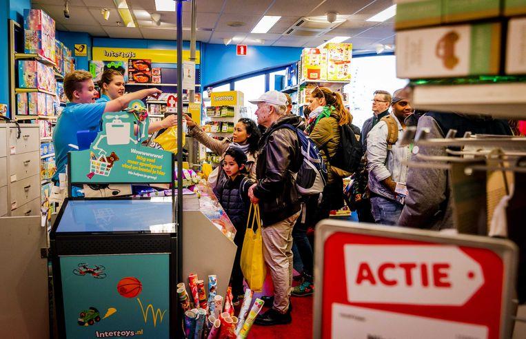 Consumenten verzilveren zaterdag massaal cadeaubonnen van Intertoys in de Scheveningse vestiging.  Beeld ANP