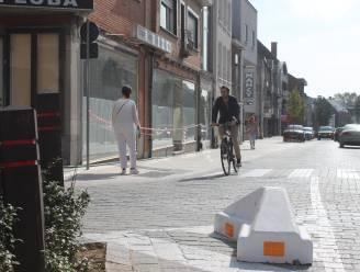 """Als witte lijnen niet helpen, dan maar blokken om Bellemstraat niet meer in te rijden: """"En nog blijven chauffeurs het doen"""""""