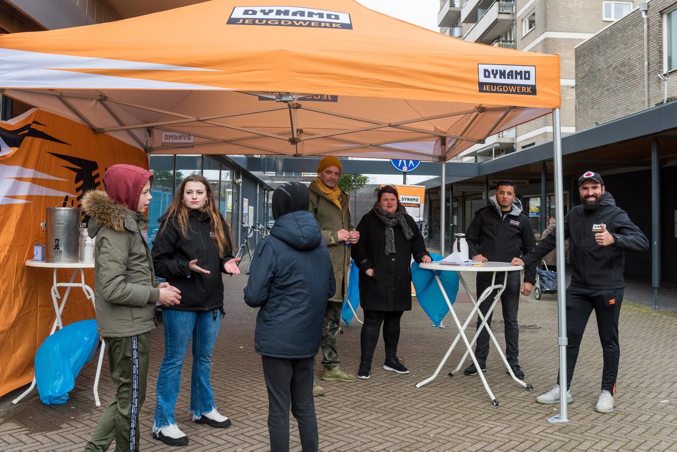 De jongerenwerkers van Dynamo Jeugdwerk gaan in gesprek met enkele jongeren.