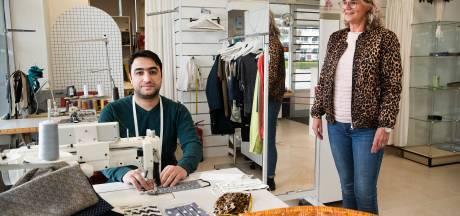 Mohammed en Annemieke in Apeldoorn maken samen hippe mondkapjes, als hulp in crisis