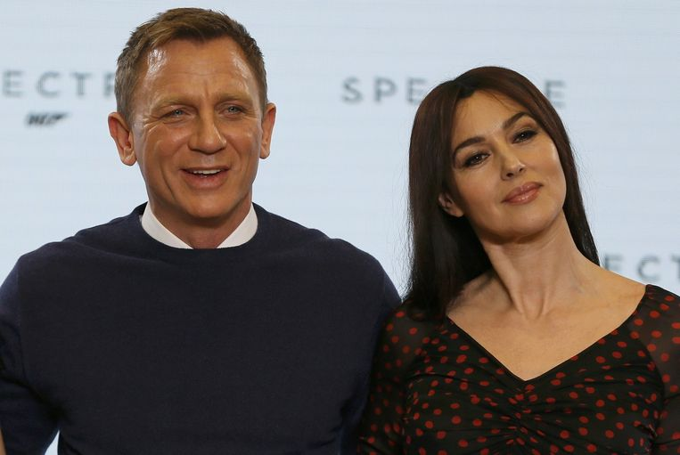 James Bond valt in de 24ste film sinds 1950 wellicht voor de eerste keer voor een oudere vrouw. Daniel Craig (46) en Monica Bellucci (50). Beeld REUTERS