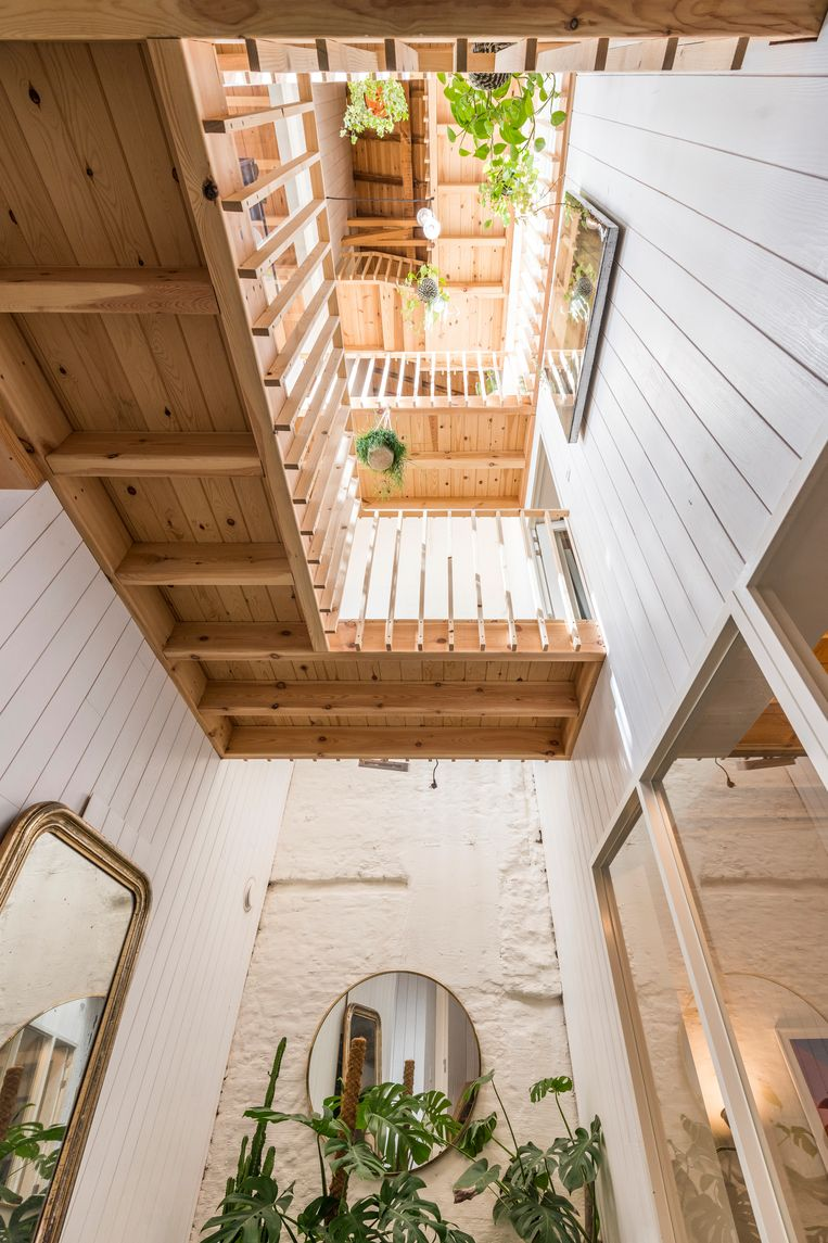 Door een vide te maken over de volledige hoogte, 'een steegje', wist de architect veel licht binnen te trekken.  Beeld Luc Roymans