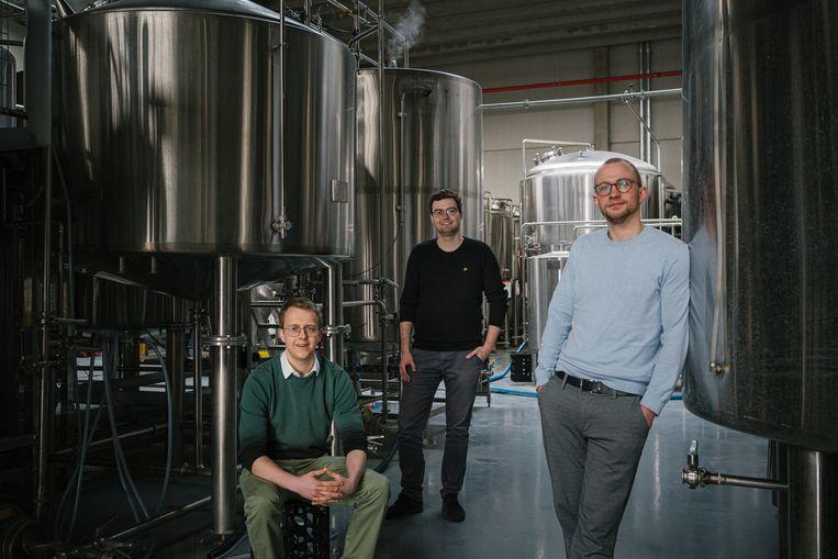 Wout Meuleman (links), Miel Bonduelle (midden) en Kasper Peeters (rechts), de drie studenten achter de succesvolle brouwerij BeerSelect. Beeld Wouter Van Vooren