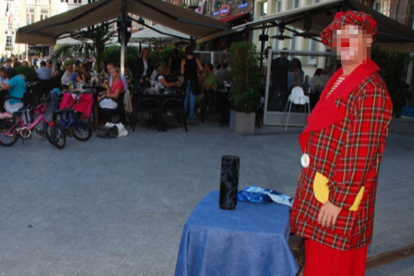 De clown trad onder andere ook op tijdens de Terrasjesavonden in de zomer op de Grote Markt. Na de klacht tegen hem legde hij zijn optredens stil.