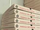 De rooskleurige pizzadozen.