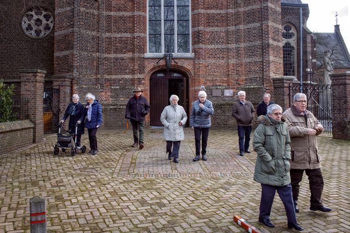 Kerkgangers in Loon op Zand laten zich deze zondag niet tegenhouden door het coronavirus. Het dorp staat sinds donderdag in de schijnwerpers door de eerste besmetting van Nederland. Inmiddels staat de teller in Loon op Zand op drie patiënten.