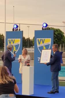 Voetbalvereniging Hooglanderveen krijgt Stadsoorkonde ter ere van 75-jarig bestaan