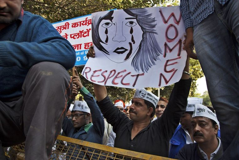 Demonstranten van de Aam Aadmi partij houden borden met 'Vrouwen, respect' omhoog tijdens een demonstratie, gehouden nadat een Indiase vrouw verkracht werd door een taxichauffeur. Beeld ap