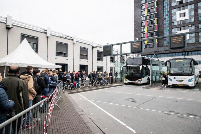 Rijen voor de bus op het Nijmeegse station.