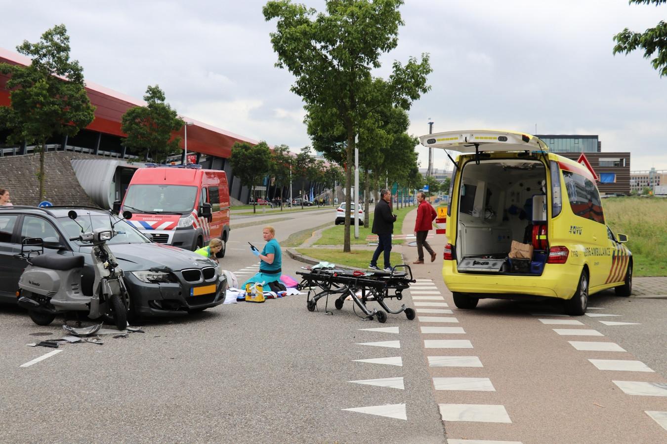 De scooterrijdster raakte gewond.