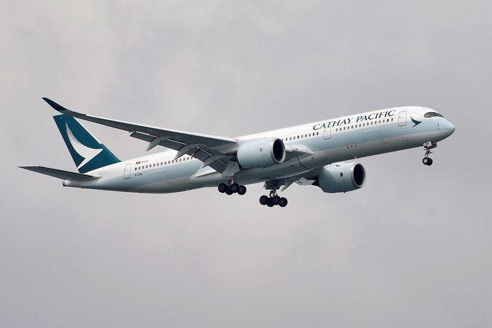 Een toestel van Cathay Pacific maakt zich op voor de landing in Singapore.