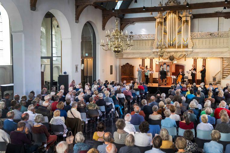 Het ensemble van artist in residence Eva Saladin speelt in de Utrechtse Geertekerk op Festival Oude Muziek 2021. Beeld Marieke Wijntjes