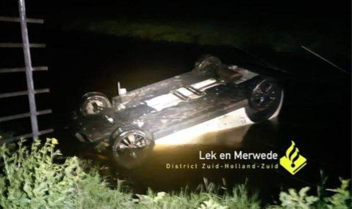 De auto belandde ondersteboven in een Giessenburgse wetering.