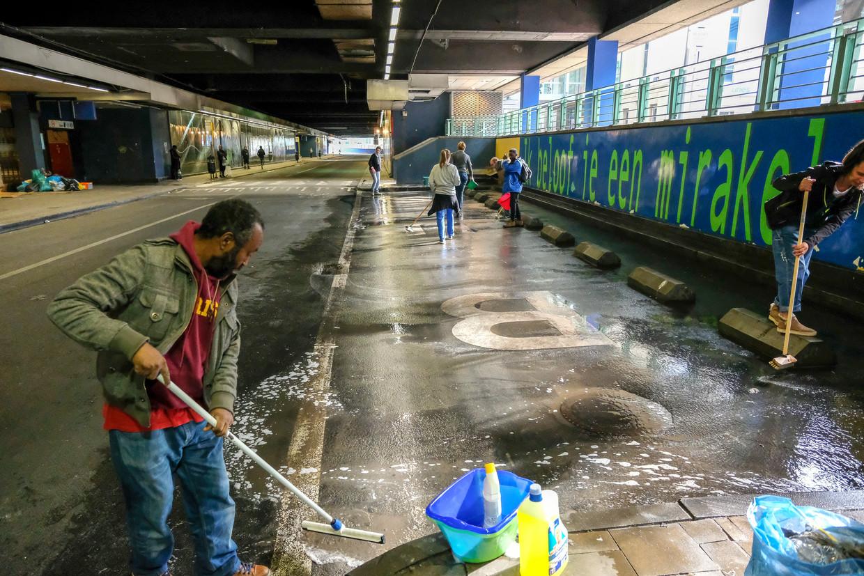 Vrijwilligers kuisen het station Brussel-Noord op. Beeld Baert Marc