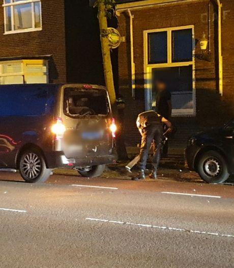 Fietser in Enschede knalt tegen taxibusje