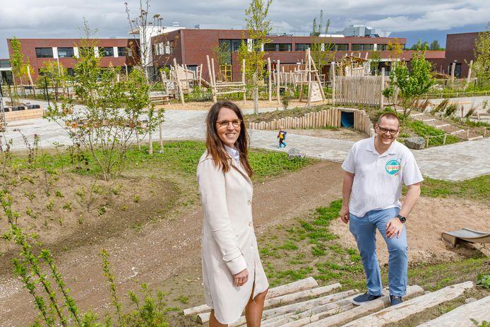 Bestuursleden Marieke Geluk en Ruud Muijt van de overkoepelende vereniging Buutvrij in de nieuwe speeltuin. Op de achtergrond de Brede School.