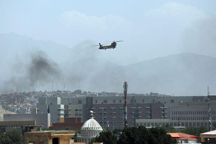 Een Amerikaanse legerhelikopter vliegt boven de Amerikaanse ambassade in Kaboel om personeel te evacueren. Beeld van gisteren.