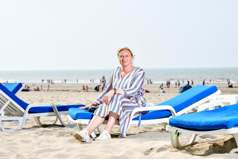 De burgemeester op 'haar' strand. Veel rust heeft ze nog niet gehad, de laatste dagen.