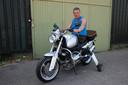 Karel Hanse op een motor die is uitgerust met het Feetless Biking System.