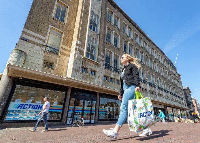 Winkelketen Action is tot 31 december van dit jaar neergestreken in het statige monument aan de Aalmarkt in Leiden. Hiervoor waren in dit pand V&D en Hudson's Bay gevestigd.