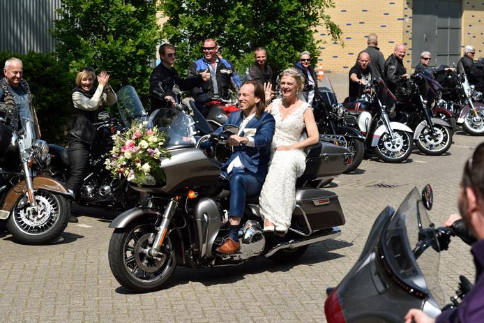 Ron Moons en Vera Uithol zijn in het huwelijk getreden. Het bruidspaar wordt begeleid door zo'n 70 gemotoriseerde vrienden.