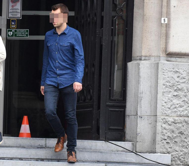 Willem V. komt de rechtbank uit.