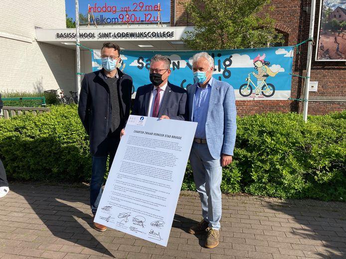 Schepen van Preventie Mathijs Goderis, burgemeester Dirk De fauw en schooldirecteur Marc Slosse met het charter.