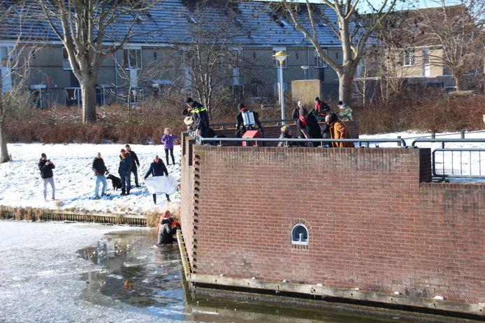 Omstanders probeerden voor de komst van de hulpdiensten om het slachtoffer uit het water te halen.